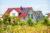 Recht WEG Recht Eigenheim an einem Feld (Copyright: iStock.com/queerbeet)